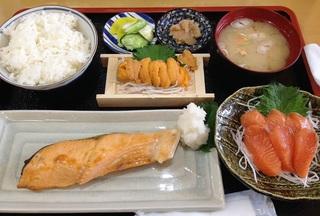 時鮭定食と自分で作ったウニ.JPG